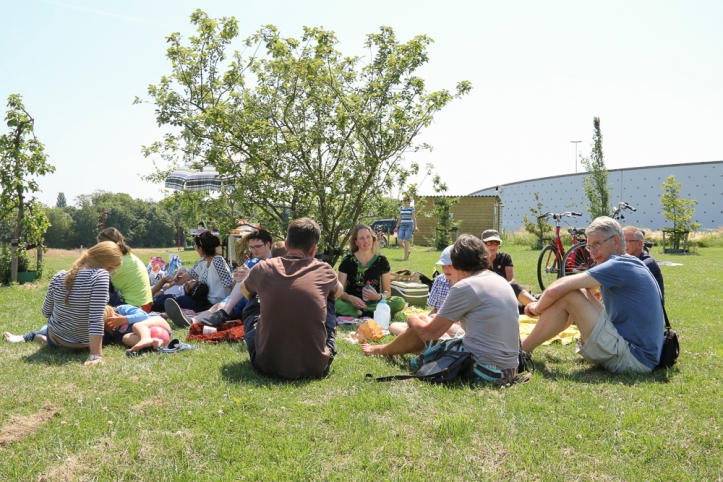 Educatie en ontmoeting gaan prima samen. Tussen de middag was er een echte picknick met natuurlijk honing op brood.