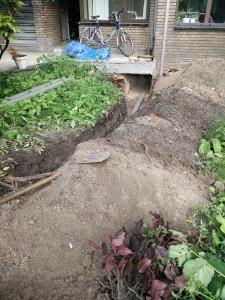 Voordat we onze voortuin konden aanpakken, moest eerst de oude riolering worden vervangen. Gelukkig werd dit voor ons gedaan...