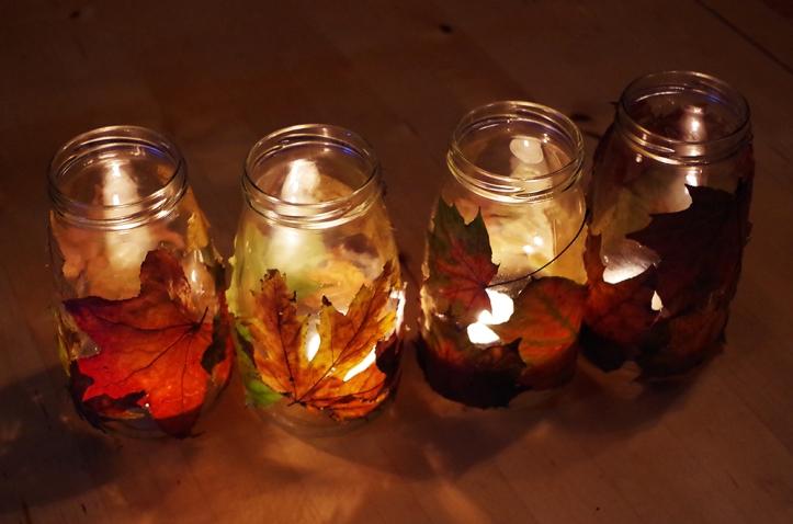 Waxinelichtjes met herfstblaadjes