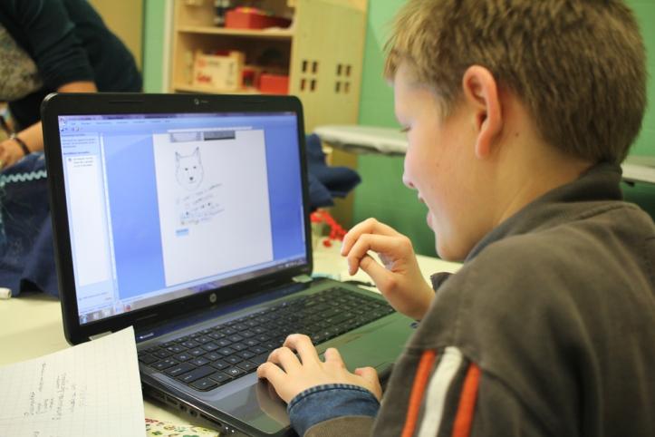 Shafiq had vandaag maar een halve dag school en werkt in het naaiatelier aan een nieuwe blog!