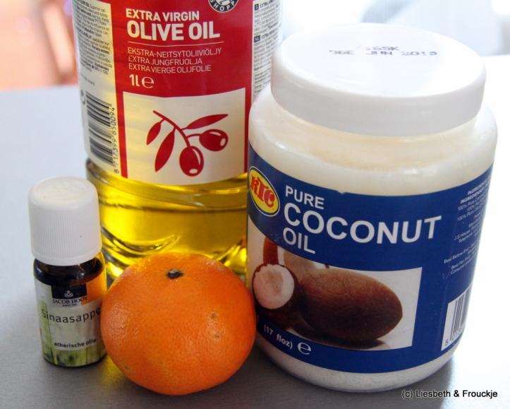 Wij gebruikten kokosvet, olijfolie, water, sap en geraspte schil van een mandarijn en sinaasappelolie.