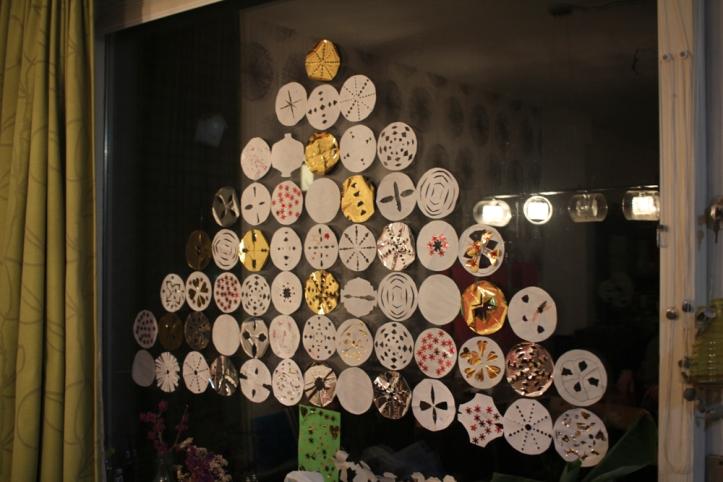 DIY kerstboom van papier op het raam