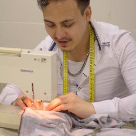 Asad, Het naaiatelier, jurk op maat.